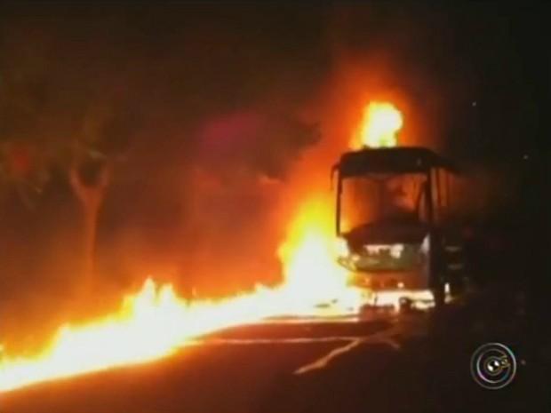Primeiro ataque destruiu um ônibus do transporte coletivo (Foto: Reprodução / TV TEM)