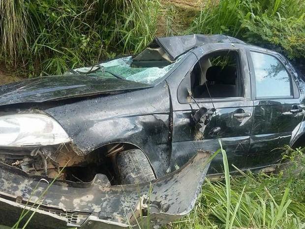 Motorista morre e passageiro fica ferido após capotamento na BR-232 (Foto: Reprodução/ WhatsApp)