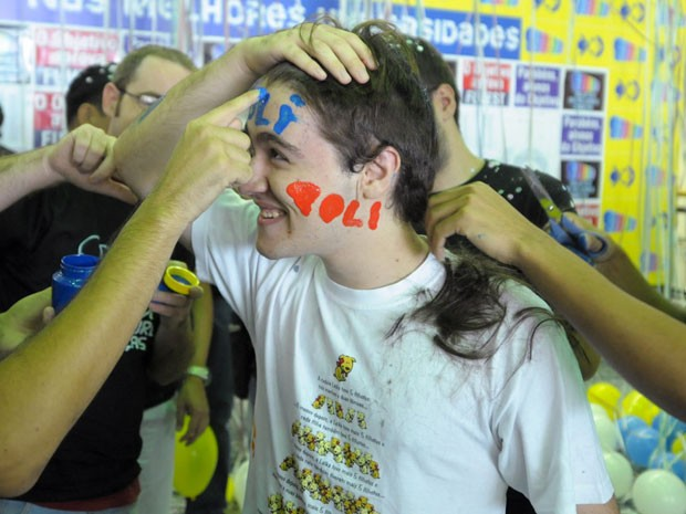 Candidato tem o cabelo cortado após ser aprovado na Fuvest (Foto: Flávio Moraes/G1)