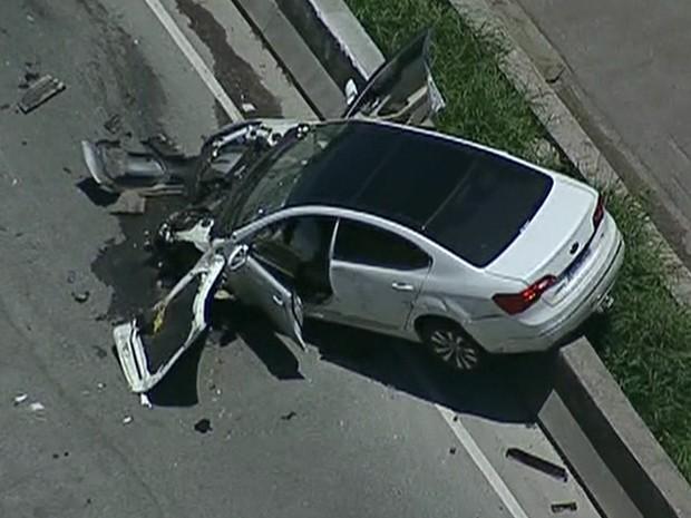 Carro bate no canteiro central da Marginal Tietê (Foto: Reprodução/TV Globo)
