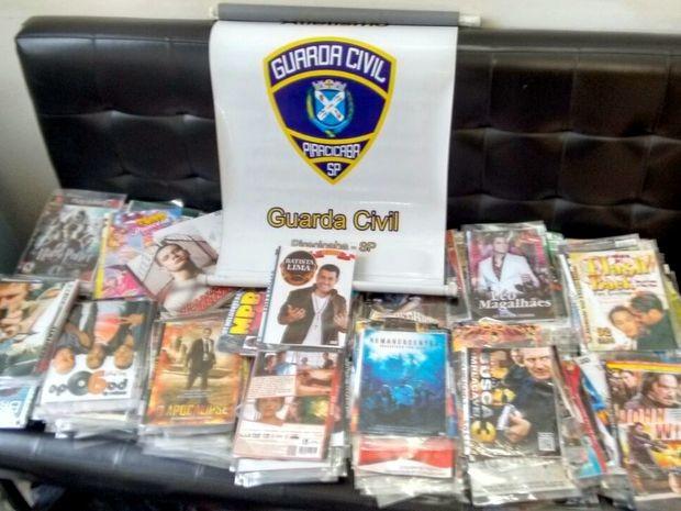 Apreensão de DVDs e CDs piratas em Piracicaba (Foto: Guarda Municipal/Divulgação)