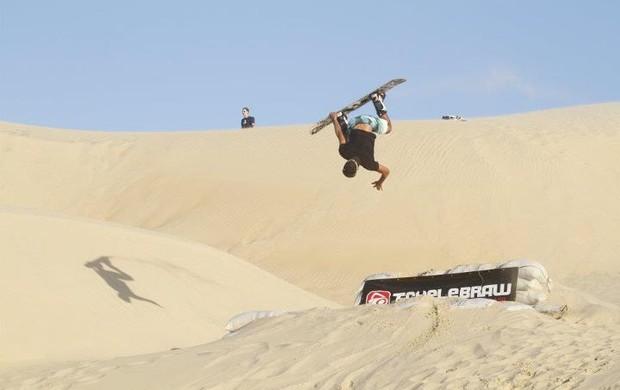 Esdras Tikinho praticando snowboard, profissional de sandboard 3 (Foto: Esdras Tikinho/Arquivo Pessoal)