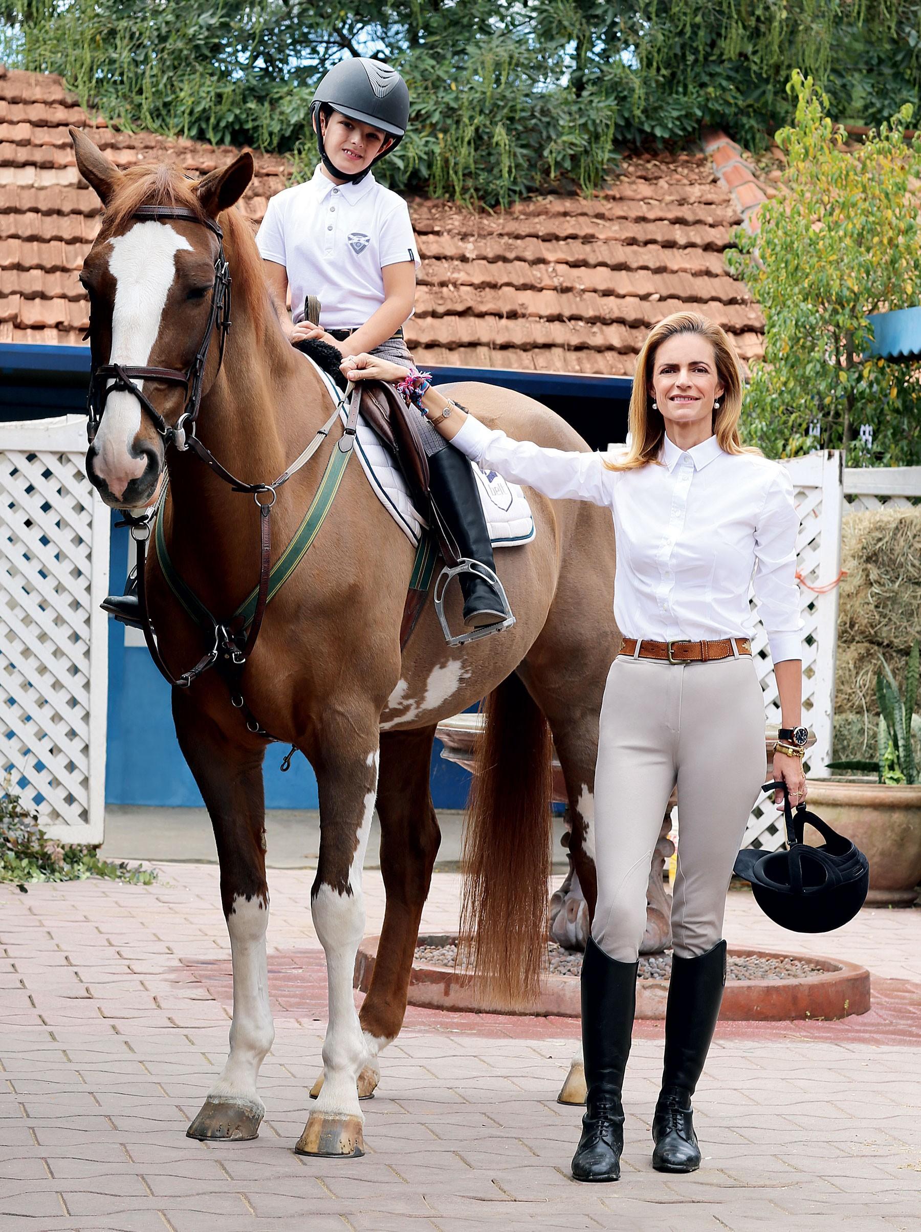 Carlinhos e Monica na Hípica Santo amaro, onde ele faz aulas de equoterapia e equitação (Foto: Foto: Lee Oliveira e Marcela Barros; styling: Patricia Tremblais beleza: Rafa Capello)
