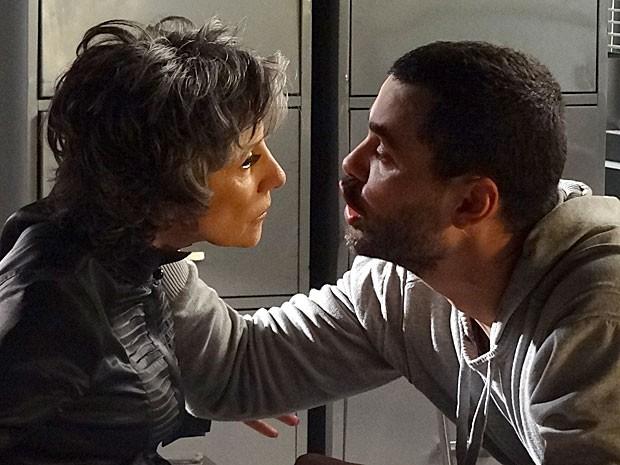 Fernando diz na cara de Melissa que tem nojo dela (Foto: Amor Eterno Amor/TV Globo)