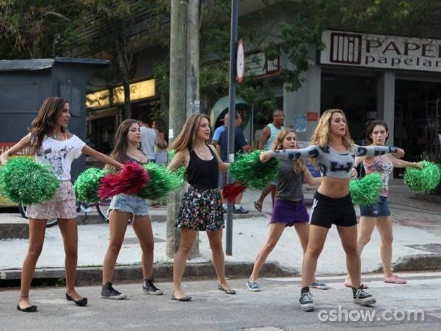 Meg e meninas aprendendo a coreografia (Foto: Malhação / Tv Globo)