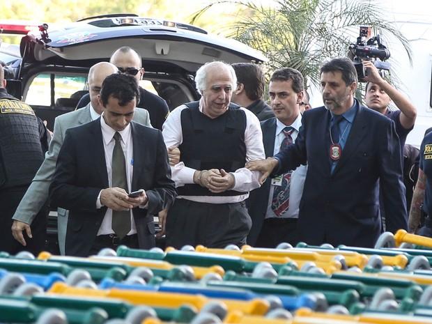 O ex-médico Roger Abdelmassih (centro), de 70 anos, que foi recapturado na cidade de Assunção, no Paraguai, chega ao Aeroporto de Congonhas, na Zona Sul de São Paulo (Foto: William Volcov/Brazil Photo Press/Estadão Conteúdo)