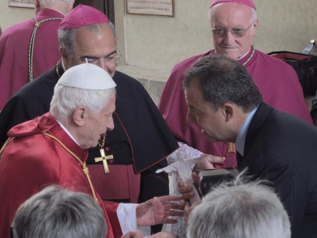 Cabral entrega uma miniatura do Cristo Redentor ao Papa (Foto: Divulgação/Marino Azevedo )