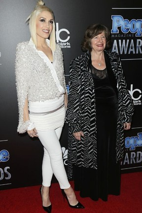 Gwen Stefani com a mãe, Patti Stefani, em prêmio em Los Angeles, nos Estados Unidos (Foto: Danny Moloshok/ Reuters)
