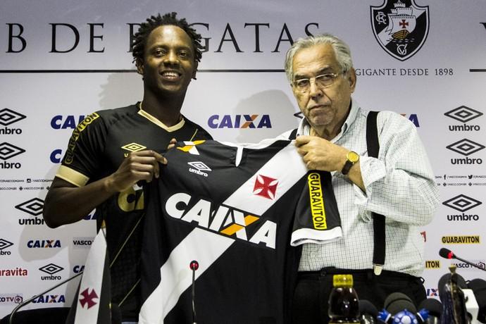 Eurico apresenta Andrezinho em São Januário Vasco (Foto: Paulo Fernandes / vasco.com.br)