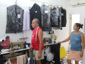 Proprietário contabiliza os prejuízos do roubo em seu ateliê na Zona Leste de Teresina. (Foto: Gil Oliveira/ G1)