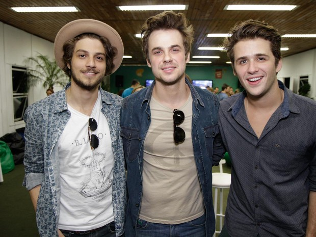 Chay Suede, Daniel Erthal e Gil Coelho em show no Rio (Foto: Tarso Ghelli/ Divulgação)