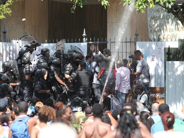 Tumulto marca desocupação de prédio ocupado no Flamengo, no Rio (Foto: Fábio Motta/Estadão Conteúdo)