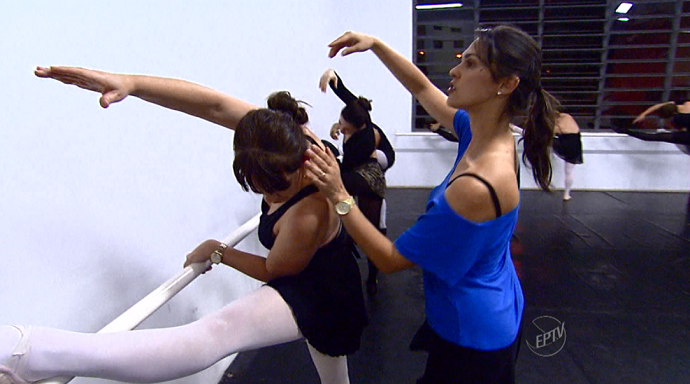 A professora Auina Gebara ajuda as alunas com os passos e flexibilidade nos movimentos (Foto: reprodução EPTV)
