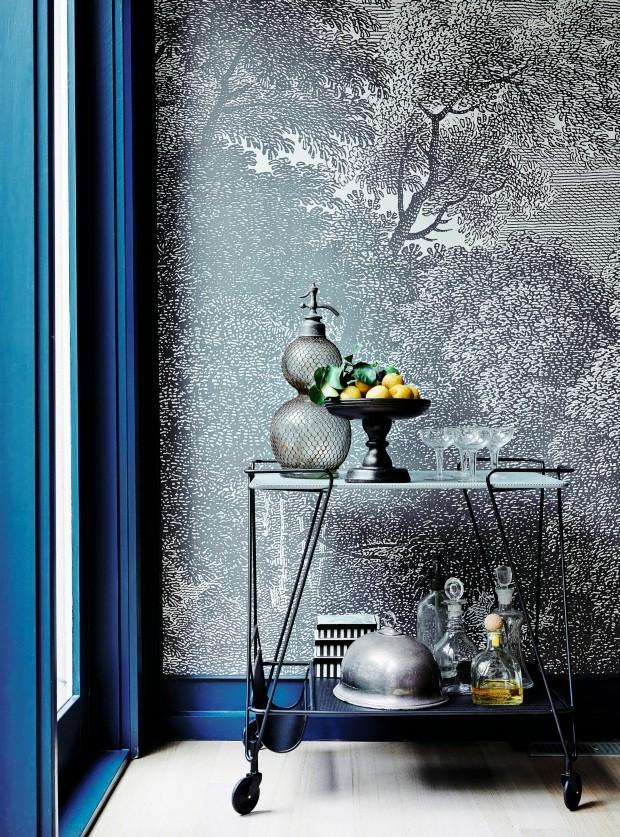 Detalhes. A tinta escolhida é a Hague Blue, da Farrow and Ball. O carrinho é da Gubi (Foto: Lisa Cohen / Living Inside)