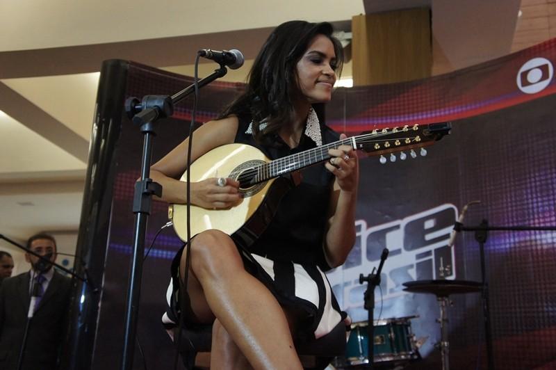 Lucy interpreta música tocando bandolim (Foto: Daniel Sousa/ TV Cabo Branco)