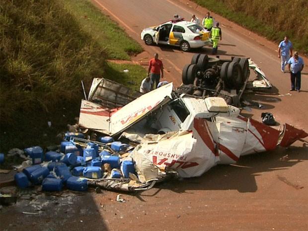 Caminhão que transportava ácido perclórico caiu de 10 metros de altura em viaduto de Batatais, SP (Foto: Reprodução/EPTV)