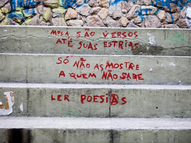 Em uma escada na Zona Norte, a mensagem de autoria desconhecida diz 'Moça, são versos até suas estrias. Só não as mostre a quem não sabe ler poesias' (Foto: Marina Andrade)