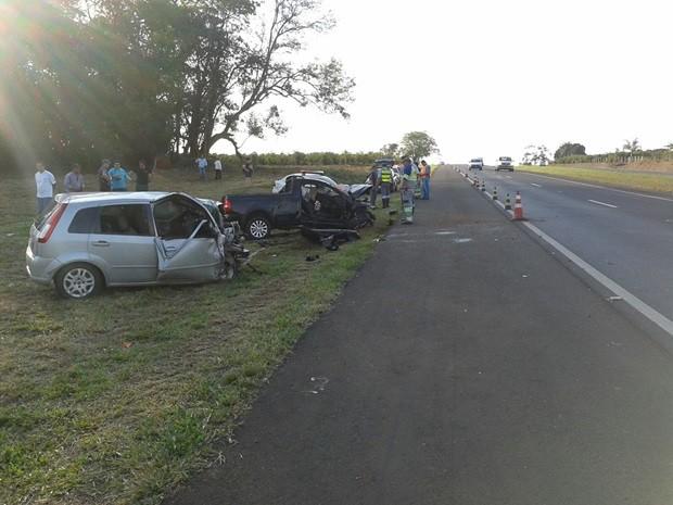 Dois carros bateram de frente na rodovia Euclides da Cunha, em Tanabi (Foto: Alcir Medeiros/TV TEM)