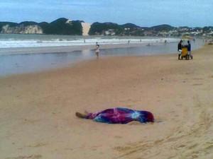 Corpo foi resgatado por surfista no fim da manhã (Foto: Fernanda Zauli/G1)