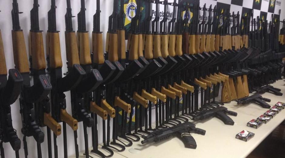 Polícia Civil do Rio de Janeiro apreendeu 60 fuzis no terminal de cargas do aeroporto do Galeão, nesta quinta-feira, 1 (Foto: Reprodução/ Twitter/ @PCERJ)