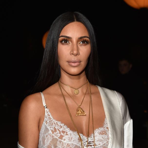 Kim Kardashian na primeira fila do desfile Givenchy. O assalto ocorreu no mesmo dia (Foto: Pascal Le Segretain / Getty Images)