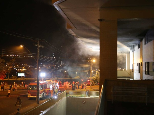 Equipes do Corpo de Bombeiros combatem incêndio em prédio no Centro de Atividades 2 do Lago Norte, em Brasília, nesta terça-feira (21) (Foto: Corpo de Bombeiros DF/Divulgação)