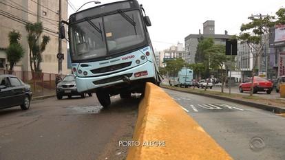 Ônibus sobe em mureta em acidente na Av. Bento Gonçalves em Porto Alegre