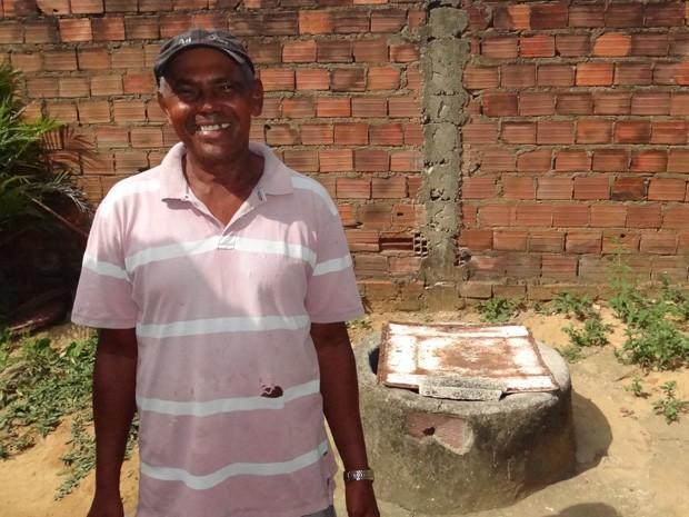 Cacimba de Amaro Ferreira é que tem salvado os vizinhos de ficar totalmente sem água. (Foto: Katherine Coutinho / G1)