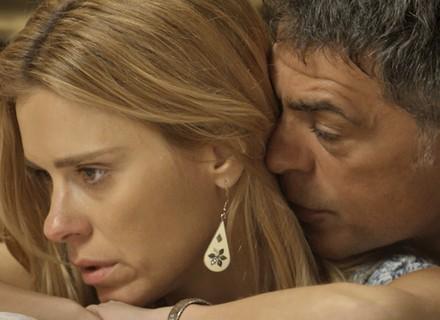 Lara ameaça acabar com segredo de Orlando, e ele tenta seduzi-la
