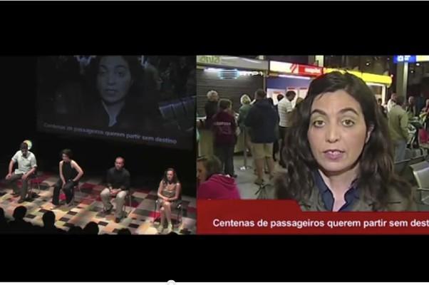 """Os atores no palco dublam o telejornal projetado em """"Se uma Janela se Abrisse"""", espetáculo da cia. portuguesa Mundo Perfeito (Foto: reprodução)"""