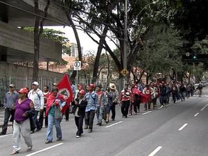 Manifestantes protestam em frente ao Fórum Lafayette (Foto: Reprodução/TV Globo)