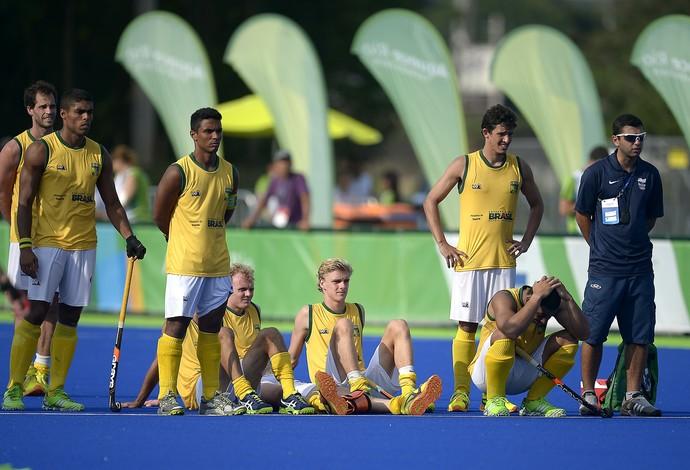 Brasileiros durante a disputa de pênaltis na final do evento-teste de hóquei sobre grama (Foto: Alexandre Loureiro)