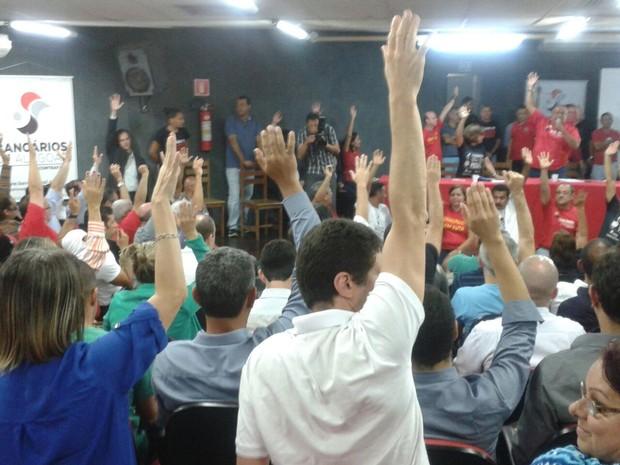 Bancários de Alagoas votaram à favor do fim da greve no estado. (Foto: Shade Andréa/ G1)