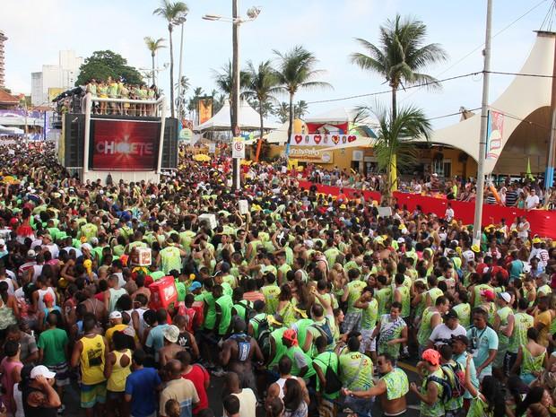 Multidão acompanha a apresentação da banda Chiclete com Banana, em Salvador. (Foto: SOUZA E SILVA/BAPRESS/ESTADÃO CONTEÚDO)