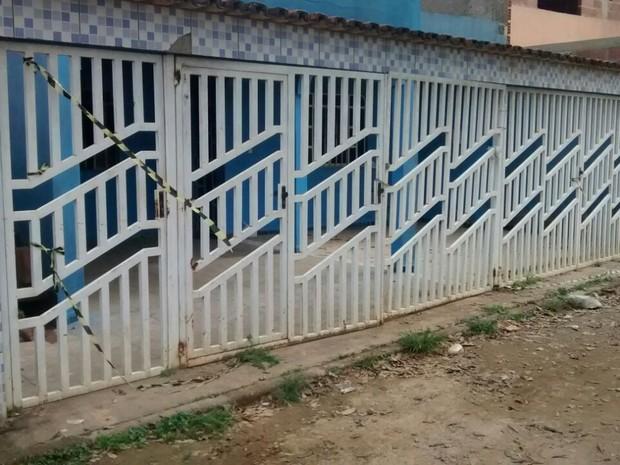 Vítimas moravam nessa casa no bairro Santa Terezinha, em Belo Oriente  (Foto: Patrícia Belo / G1)