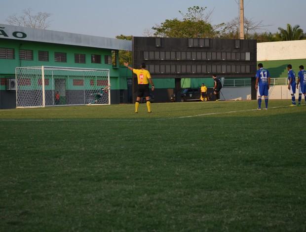 Pênalti Vasco Quinho (Foto: Duaine Rodrigues)