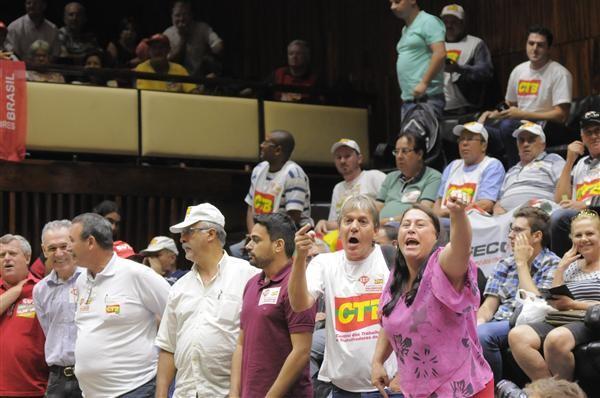 Sessão teve a presença de centrais sindicais, que criticaram aumento proposto (Foto: Marcelo Bertani, divulgação/ALRS)