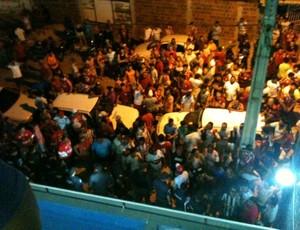 Torcedores do Potiguar de Mossoró esperam pelo árbitro na saída do Estádio Nogueirão (Foto: Ricardo Silva/Cedida)