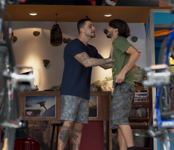 Samurai só falta expulsar Roger da loja (Foto: TV Globo)
