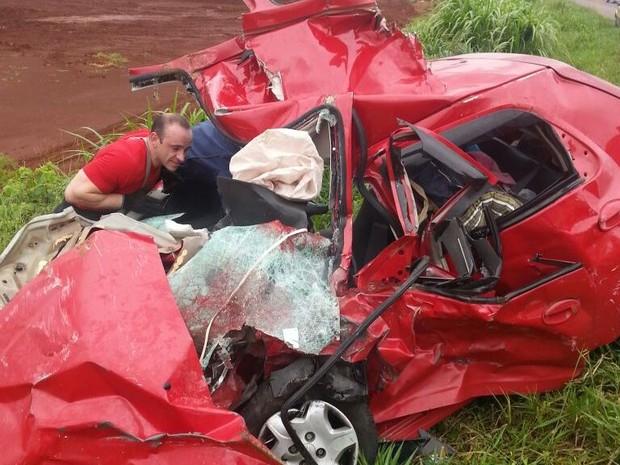 Família estava em Celta que ficou destruído no acidente  (Foto: PRF/Divulgação)
