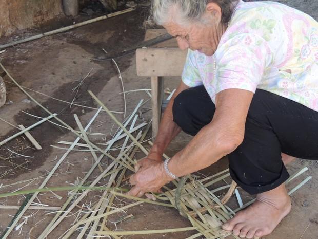 Dona Albertina prepara a cesta que vai dar de presente para uma de suas netas. (Foto: Jenifer Carpani/G1)