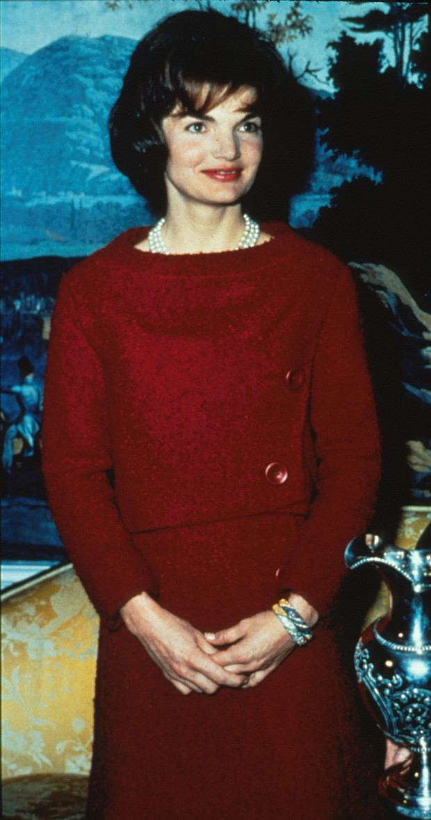 385622 05: File Photo: First Lady Jacqueline Kennedy Wears A Chez Ninon Two-Piece Day Dress February 14, 1962 During A Nationally Televised Valentine's Day Tour Of The White House In Washington, Dc. The Famous Dress Will Be On Display At Metropolitan Muse (Foto: Getty Images)