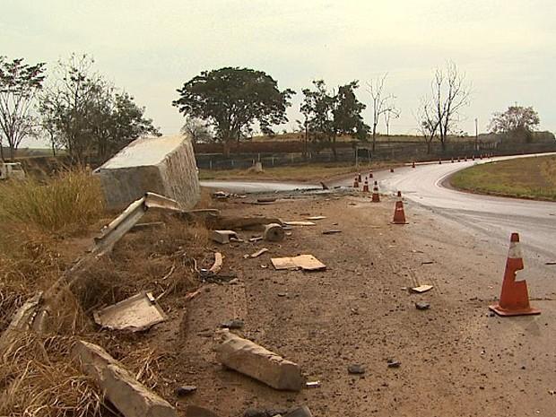 Parte da pista foi interditada após queda de pedra de granito (Foto: Paulo Souza/ EPTV)