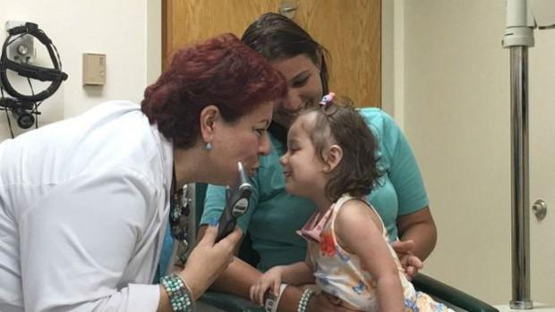Nos EUA, médicos também diagnosticaram que Nicolly era surda  (Foto: Arquivo pessoal/BBC)