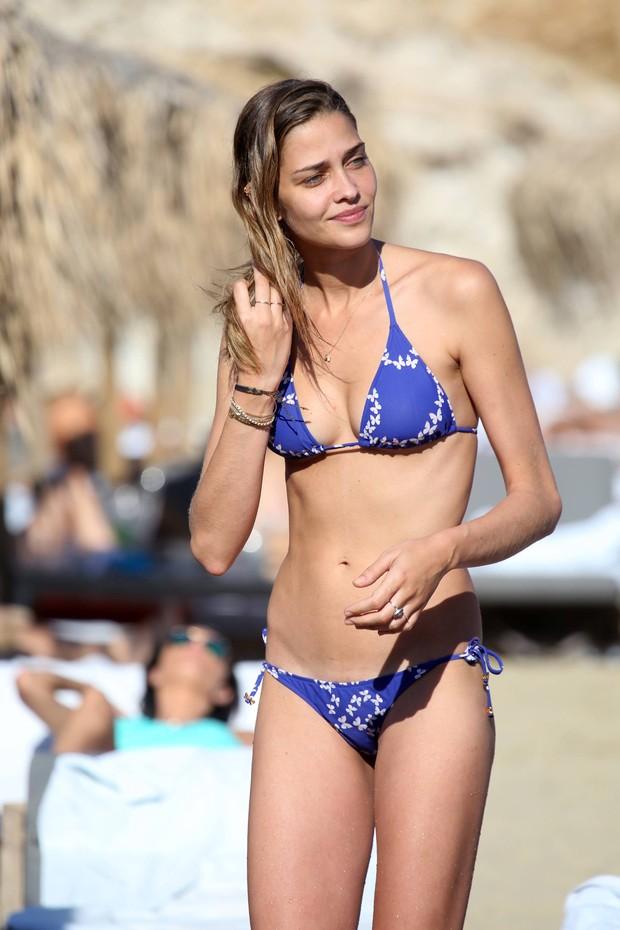 Ana Beatriz Barros em praia em Mykonos, na Grécia (Foto: Grosby Group/ Agência)