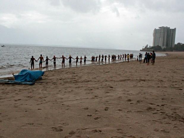Atletas realizam teste nas águas do Rio Negro na Praia da Ponta Negra, em Manaus (Foto: Adneison Severiano G1/AM)