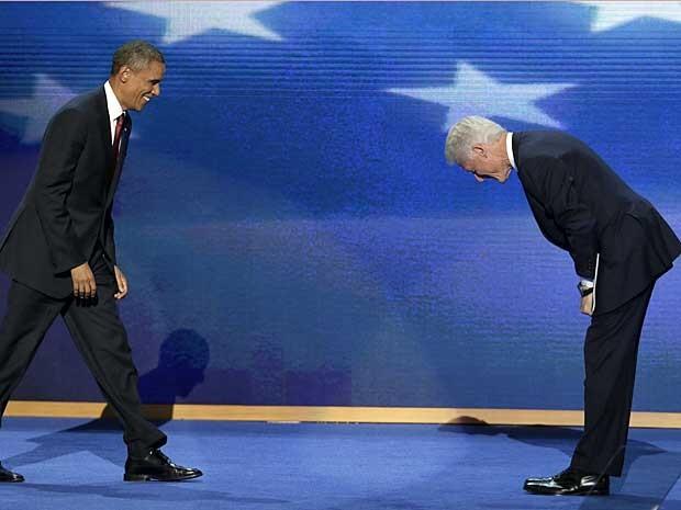O ex-presidente dos EUA, Bill Clinton, se curva ao presidente Barack Obama, após o discurso na convenção nacional democrata em Charlotte. (Foto: J. Scott Applewhite / AP Photo)