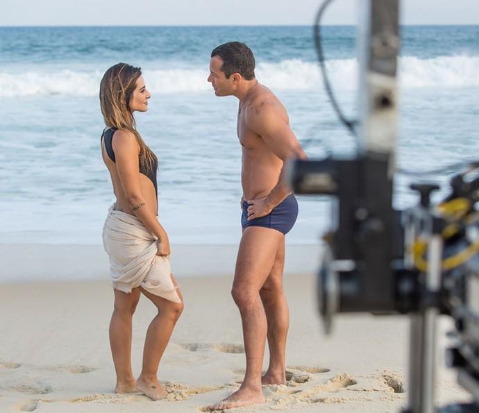 Cleo Pires e Malvino Salvador gravam 'Haja Coração' na praia (Foto: Artur Meninea/Gshow)
