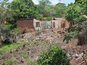 Sem coleta, moradora joga lixo no quintal de sua casa no Centro de Miguel Leão  (Foto: Gil Oliveira/ G1)