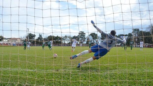 Araxá faz gol de pênalti no amistoso em Serra do Salitre com a Francana-SP (Foto: Divulgação/ AEC)